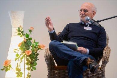 Hat Blumen lieb: Autor Dirk Roßmann bei einer Lesung.