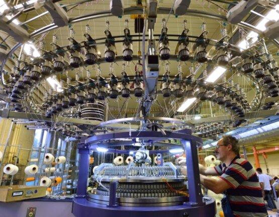 Steffen Dost montiert bei Terrot die Fadenabführung einer Großrundstrickmaschine für einen Exportkunden.