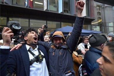 Unterstützer des Wikileaks-Gründers Julian Assange feiern vor dem Strafgerichtshof Old Bailey in London das Urteil gegen die Auslieferung des 49-Jährigen. Die Entscheidung ist aber noch nicht rechtskräftig.