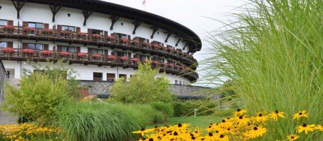 Da muss man genau hinschauen, um Unterschiede zu sehen: Der Neubau des Ifen-Hotels hat viel Ähnlichkeit mit dem Vorbild (unten).