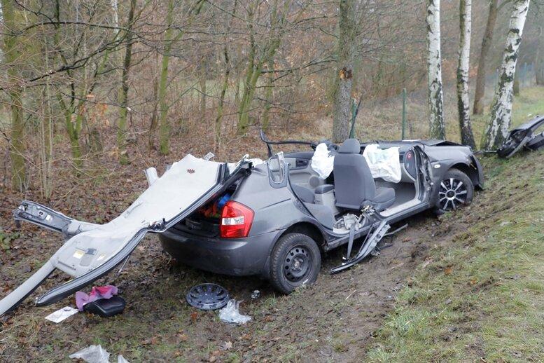 Die Feuerwehr musste das Auto zerlegen, um den Fahrer zu befreien.