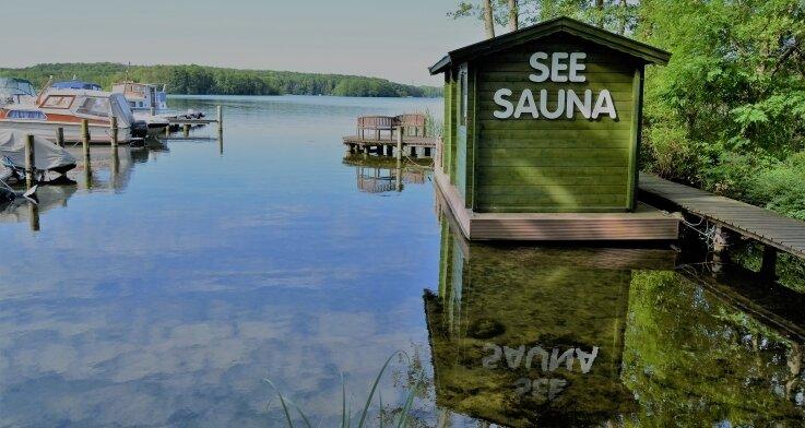 An schönen Tagen lockt der Ziegelsee zum Baden und Bootfahren. Und wenn das Wetter gerade mal nicht mitspielt, gibt es die Seesauna.