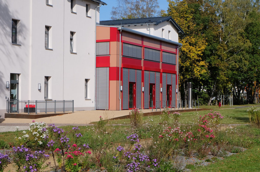 Das Bahnhofsgebäude ist zentraler Bestandteil der grünen Mitte von Lugau.