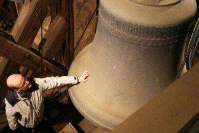 Burkhard Schmugge an der großen Hilliger-Glocke im Faulen Turm der Petrikirche.