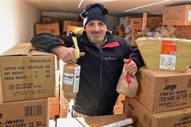 Rocco Lämmel in einem seiner Lagerbunker, in denen er ganz verschiedene Feuerwerkskörper lagert. Dazu zählen auch die Effekt-Bomben unterschiedlichen Kalibers in seinen Händen.