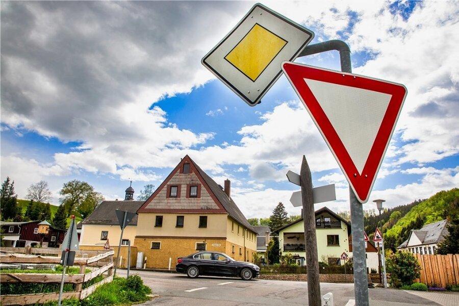 Der vom Landkreis Mittelsachsen geplante Umbau dieser Kreuzung in Hennersdorf zu einem Mini-Kreisel sorgt im Ort nicht nur für Freude.