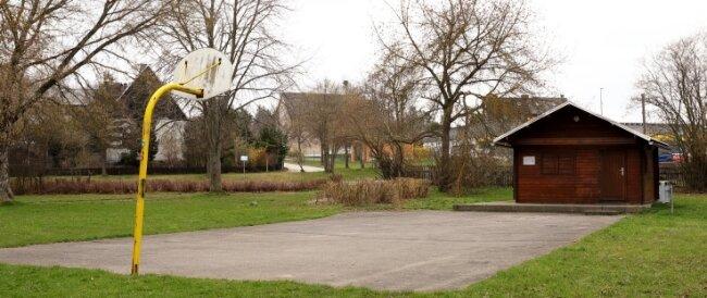 Eine Hütte und einen in die Jahre gekommenen Basketballkorb gibt's bislang auf dem Platz gegenüber dem Feuerwehrdepot in Heide. Aber hohe Schallschutzwände, das wollen auch die Jugendlichen nicht.