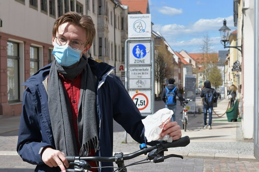"""Für Abiturient Max Porstmann ist es keine Frage: Wenn er mal sein Fahrrad durch die Fußgängerzone schiebt, wie in der Freiberger Burgstraße, trägt er eine Mund-Nasen-Bedeckung. Der 18-jährige steht kurz vor den Abiturprüfungen. """"Bislang klappt es mit dem Unterricht ganz gut"""", sagt der Zwölftklässler, der gern Regie studieren würde."""