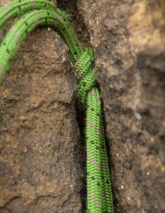 Knoten: Ein sogenannter Sackstich im Felsspalt dient als Sicherung.