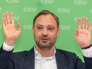 Alexander Dierks (CDU) hebt die Hände.