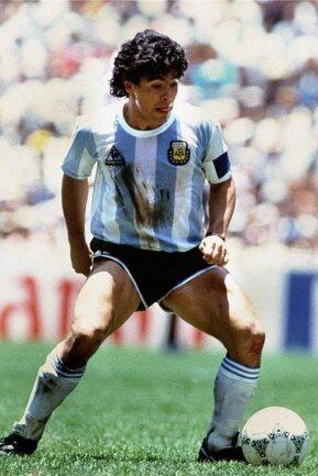 Ein Jahrhunderttalent: Mit 15 spielte er in Argentiniens höchster Liga, mit 16 in der Nationalmannschaft, mit 19 war er erstmals Südamerikas Fußballer des Jahres - Diego Armando Maradona.