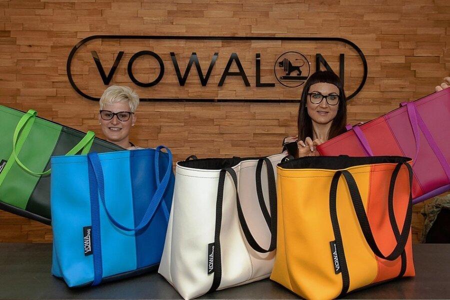 Diese Taschen der Firma Vowalon aus Treuen - das Archivbild zeigt Geschäftsführerin Mareen Götz (rechts) und Mitarbeiterin Stefanie Pawlik - könnten im Regionalkaufhaus erhältlich sein.