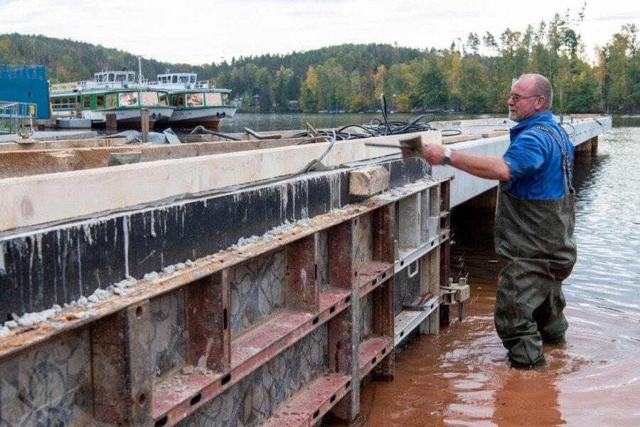 Auf der Hafenbaustelle regiert der Bagger - Schiffe kommen bald an Land