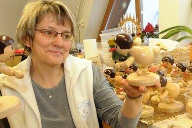 Birgit Wagner stellte 2012 die Pokale für damals in Dresden ausgetrageneEuropameisterschaft im Shorttrack vor.