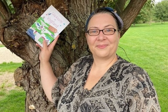 """Manja Reinhardt mit ihrem Buch """"80 Orte im Vogtland, die glücklich machen"""""""