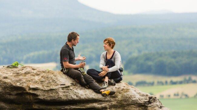 Auf dem Gipfel sitzen entlohnt für körperliche und nervliche Strapazen. Klettertrainer Sven Scholz erklärt auf dem Förster, einem Teil des Pfaffensteins in der Sächsischen Schweiz, was zu beachten ist, wenn man einen Standplatz baut und den Kletterpartner von oben nachholt.