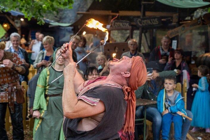 Feuerspucker Rudolfo, der eigentlich Rolf-Dieter Mittelstädt heißt, bei der Fakirshow in Mylau.