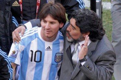 Argentiniens Trainer Diego Maradona bei der WM 2010 in Südafrika im Gespräch mit Lionel Messi (li.).
