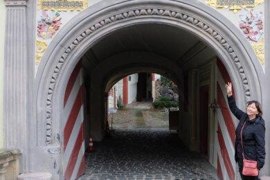 Christine Klecker kennt sich als ehemalige Mitarbeiterin bestens in Weesen-stein aus und weist gern auch auf den architektonisch reizvollen Torbogen zum Schlosshof hin.