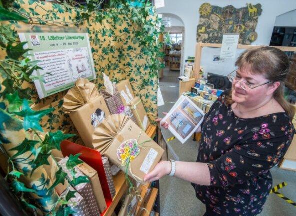 Lesestoff inkognito: Bibliothekarin Cordula Kirsch mit den Überraschungsbüchern für die Literaturtage, die heute beginnen. Einige der Bücher sind als Geschenke markiert. Die Leser dürfen sie behalten.