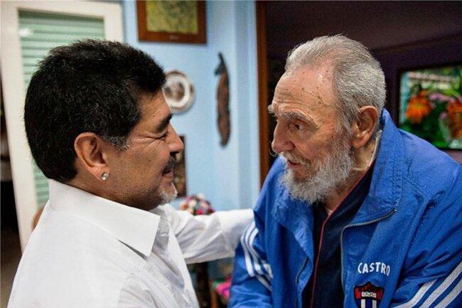 Diego Maradona 2013 bei einem Treffen mit Fidel Castro (re.).