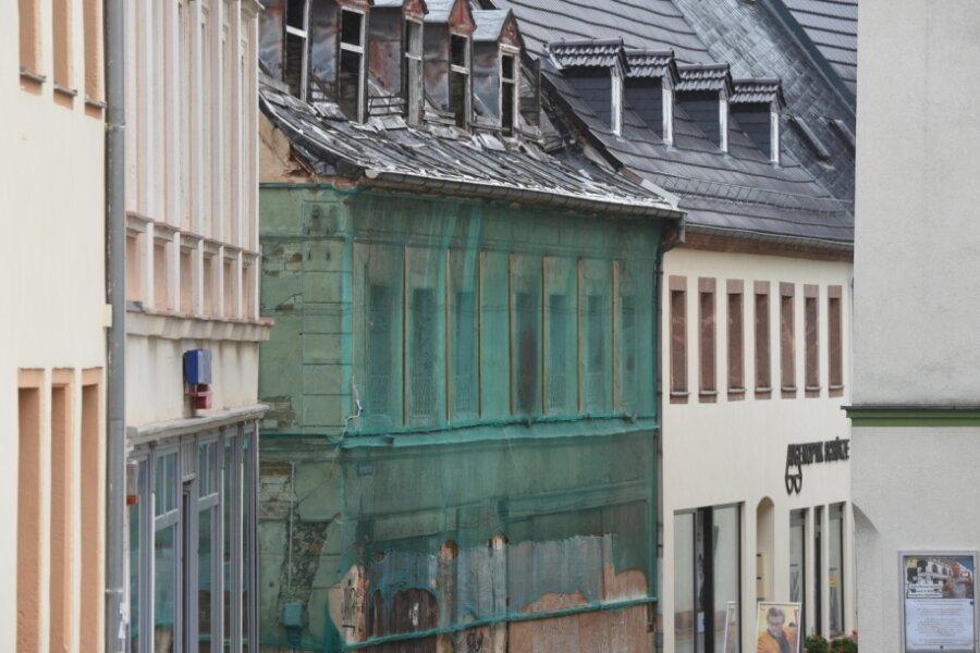 Das marode und mit grünem Netz umspannte Haus an der Herrenstraße in Burgstädt gehört zum Welkerschen Gut. Die aus mehreren Bauten bestehende Geländebrache wird von Bürgern der Stadt als Schandfleck gesehen. Jetzt soll dem Areal zu neuem Leben verholfen werden.