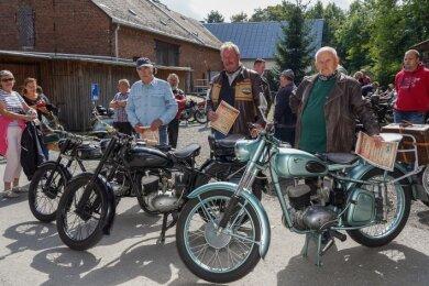 Wettbewerb um die RT 125 - sie nahmen eine Urkunde mit nach Hause: (von rechts) Dietmar Reinhold aus Treuen für die schönste Maschine, Gert Seyferth aus Klingenthal für die weiteste Anreise und Dieter Leistner aus Plauen für die älteste Maschine. Sie stammt aus dem Jahr 1951.