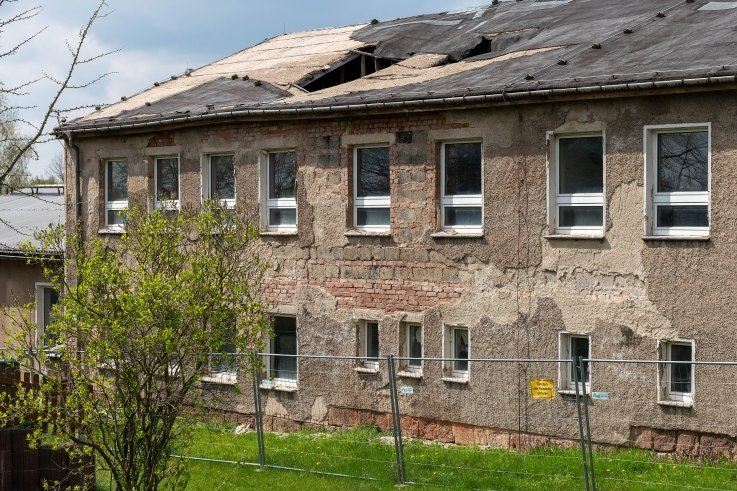 Das Gebäude der ehemaligen Grundschule Königsfeld verfällt immer mehr. Teile des Daches sind bereits eingestürzt.