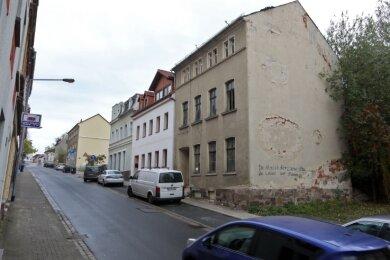 Für den Abriss der maroden Wohnhausruine Innere Crimmitschauer Straße 2 (rechts) hat die Stadt Meerane Fördermittel beantragt.