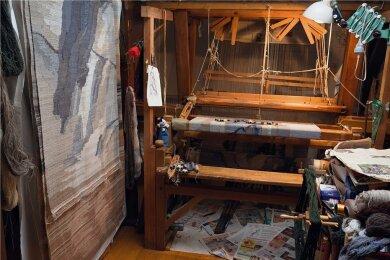 Blick in das Atelier von Elke Wolf. Sie malt, zeichnet und webt.