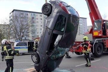 Feuerwehrleute bei der Bergung eines Unfallfahrzeugs. Foto: Härtelpress