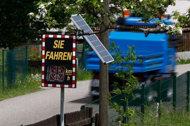 """Einer der beiden Oberlungwitzer """"Verkehrs-Smileys"""" steht derzeit am Südbauernweg und hat offensichtlich viel zu tun."""