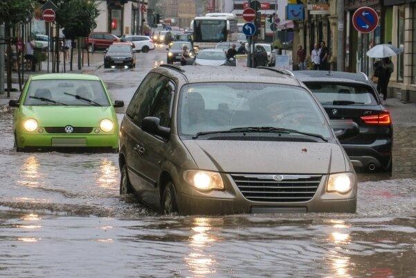 Land unter auf der Auer Bahnhofstraße: Nach einem Starkregen am Montagnachmittag stand das Wasser knietief.