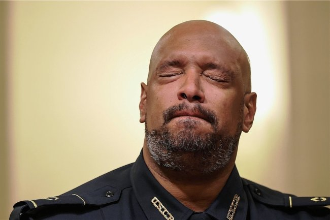 Das Erlebte wirkt nach: Der Washingtoner Kapitolspolizist Harry Dunn hält während einer Anhörung vor wenigen Tagen zum blutigen Putschversuch am 6. Januar inne. Zuvor hatte er von Schlägen, Tritten und Todesangst berichtet.