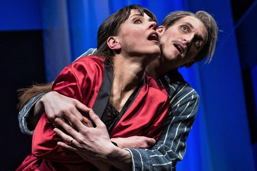 """Susanna Voß als Catherine und Peter Peniaška als Philippe in dem Stück """"Zwei Lügen, eine Wahrheit""""."""