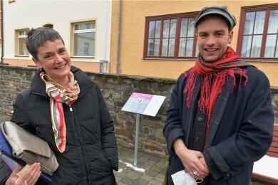Bei der Einweihung der Amalie-Dietrich-Stele auf dem Marktplatz in Siebenlehn waren am Freitag auch Amalie Dietrichs Ururenkelin Ilse-Maria Bischoff und Urururenkel Jan Lührs dabei.
