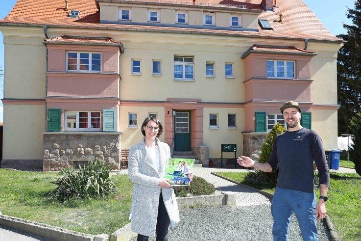 Nadine Luy von der Wohnungsgenossenschaft Fraureuth übergab Patrick Thieler die Schlüssel für die neue Wohnung.