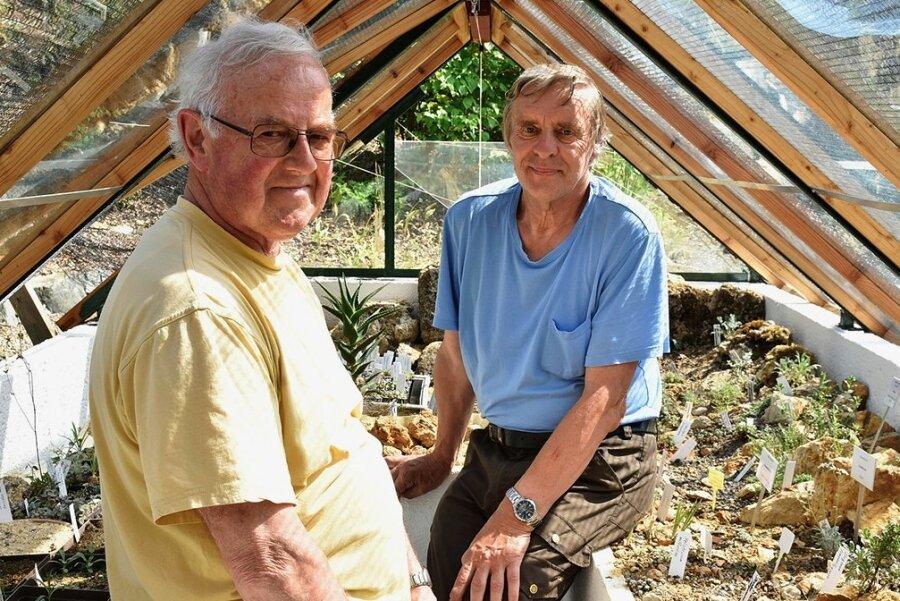 Die Stadt Adorf hat den Bürgerpreis 2020 für ehrenamtliches Engagement verliehen. Geehrt wurden Wolfgang Isaak (links) und Peter Renner, die 2001 zu den Gründern des Vereins Botanischer Garten gehörten und einen großen Anteil daran haben, dass die Einrichtung ein Aushängeschild Adorfs ist. Das Foto zeigt sie im Alpinhaus.