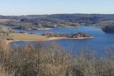 Still ruht der See kurz vorm Jahreswechsel. Ein Blick vom Julius-Mosen-Turm herab auf die Talsperre zeigt auch: Die Pöhl ist endlich wieder gut gefüllt. Auch darauf ist der Tourismus angewiesen.