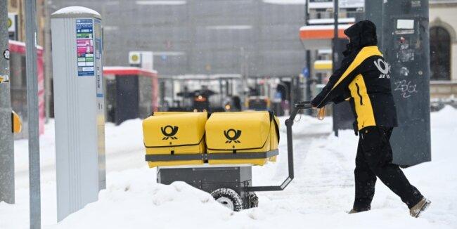 Briefträger und Paketzusteller hatten es im Schnee alles andere als einfach. Das führte dazu, dass viele Bewohner der Stadt am Montag auf ihre Post verzichten mussten.