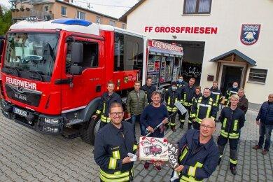 Die Großfriesener Feuerwehr um ihren Chef René Schreiter (vorn, links) freut sich über das neue Feuerwehrauto.
