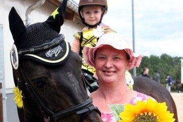 Lia Palisch hat auf Pony Duke und mit Mama Janet am Führzügel-Wettbewerb teilgenommen.