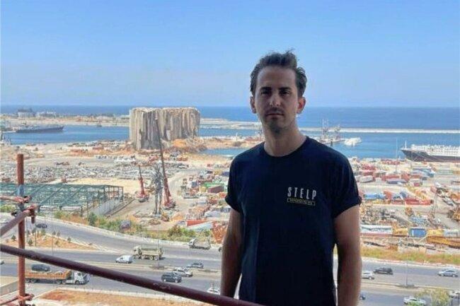 Der deutsche Helfer Serkan Eren steht auf einem Gerüst mit Blick auf den Hafen von Beirut mit seinen bis heute zerstörten Gebäuden.