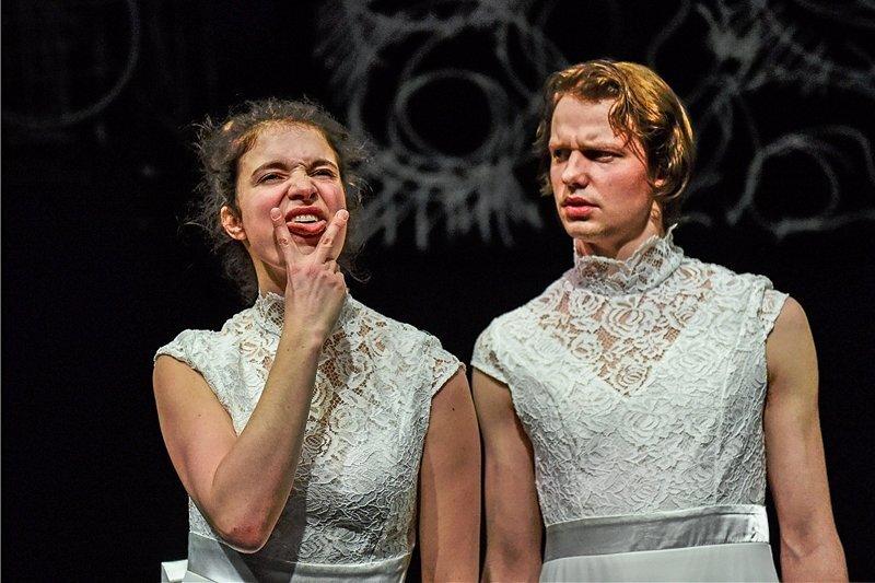 """Margo (Seraina Leuenberger) fühlt sich vom Kinderwunsch ihres Freundes Jann (Konstantin Weber) erdrückt - Szene aus der Groteske """"Beautyland"""" von Bianca Hein."""