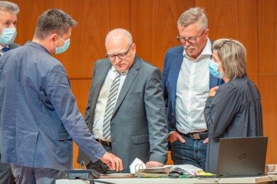 Krisenstimmung rund um OB Schulze (Mitte): Die geplatzte Wahl eines neuen Bürgermeisters bzw. einer neuen Bürgermeisterin für Kultur und Soziales wird zur Belastungsprobe für das Miteinander im Stadtrat. Schon im kommenden Jahr sind die nächsten beiden Bürgermeisterposten zu besetzen.
