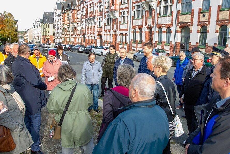 Ein Tross von Bewohnern und Rathausmitarbeitern zog durch die Ostvorstadt und diskutierte, wie hier an der Stöckigter Straße. Für OB Steffen Zenner (links in dunkelblauer Jacke) eine gelungene Premiere.