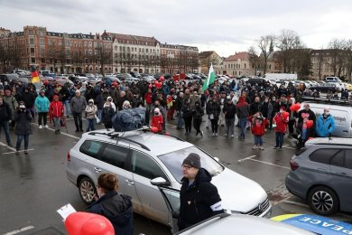 Rund 300 Personen haben am Samstag in Zwickau gegen die Corona-Politik demonstriert.