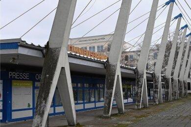 Wo jetzt noch der in die Jahre gekommene Busbahnhof angesiedelt ist, sollte eigentlich ein ansprechender Vorplatz für die neue Unibibliothek entstehen, samt zweier Neubauten der Uni. Nach einer Stadtratsentscheidung droht sich das seit langem vereinbarte Projekt einmal mehr zu verzögern.