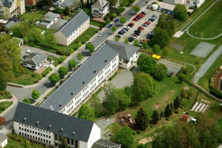Blick auf den Komplex des Schulzentrums Bad Elster mit den Sportanlagen.