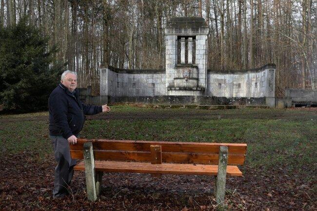 Roland Kuchs lädt die Kommunalpolitiker aus Meerane auf die Bänke vor der Wunderlich-Ehrung ein.